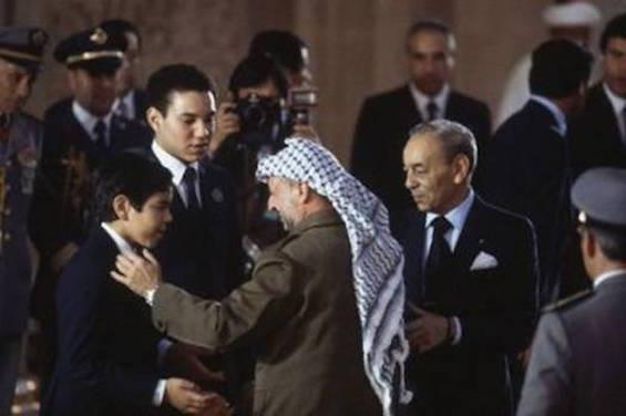 Yasser Arafat en compagnie du roi Hassan II et ses deux fils / DR