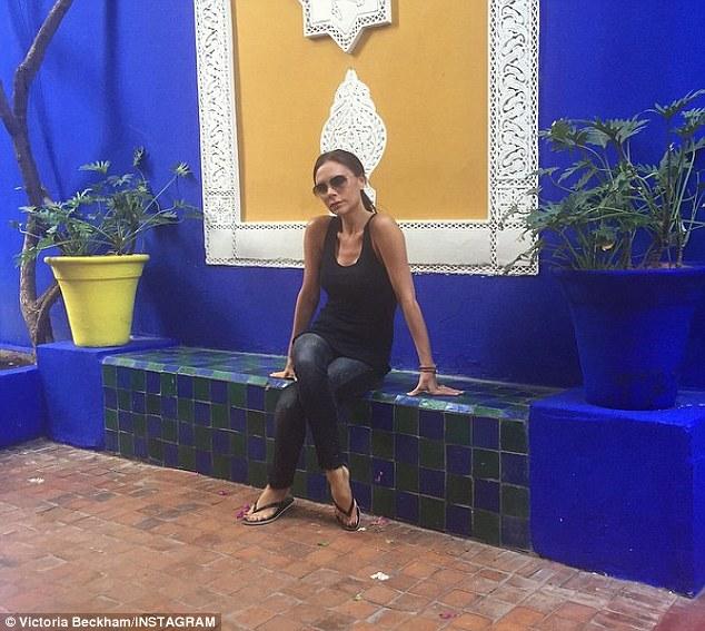 Sur lune delles on peut voir la star assise au milieu des murs bleus qui font le charme de ce lieu visite inspirante au jardin majorelle dyves saint